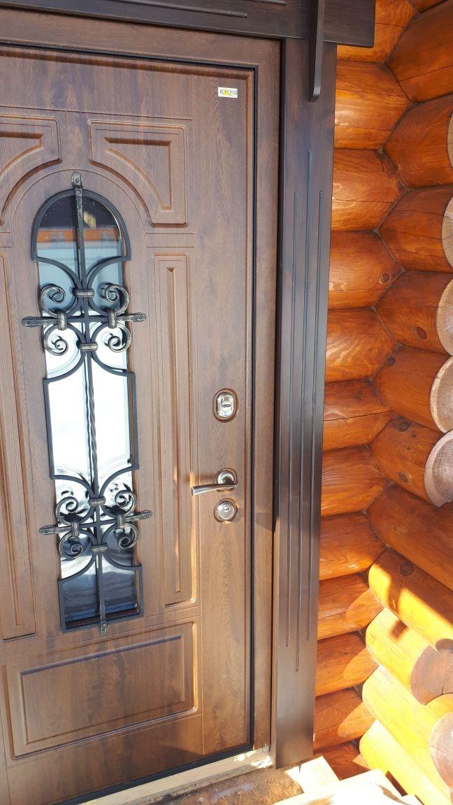 дверь в деревянный дом