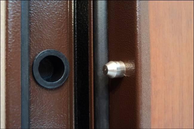 противосъемный шип на входной двери